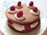 少し冷めたパンケーキでホイップした生クリームをはさみ、上に生クリームとフランボワーズをのせれば、かわいらしいデコレーションケーキのような仕上がりに