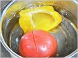 トマト、黄パプリカは、皮を湯むきし、種を除いて1cm角に切る。玉ねぎは1cm角に切る。ズッキーニは、皮をむいて1cm角に切って5~10分水にさらす。