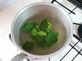 鍋にたっぷりの湯を入れ、ブロッコリー、ジャガイモを茹でる。真鯛は耐熱容器に入れ、またはラップに包み、電子レンジで1分ほど加熱する。