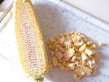 玉ねぎをみじん切りに。とうもろこしは包丁で削ぐようにして粒を芯から外し、細かく刻む。
