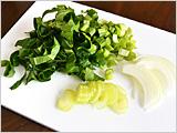 小松菜は粗く刻む。たまねぎ、セロリはスライスする。
