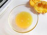 にんじんをよく洗い、皮付きのままスライスする。オレンジを絞る。