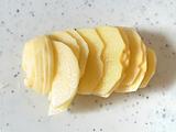 ジャガイモの皮をむき、玉ねぎ、ジャガイモをスライスする。