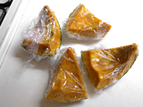 かぼちゃは綿を取り、適当な大きさにカットする。それぞれラップをし、レンジで5分程度、柔らかくなるまで加熱する。