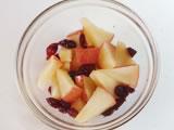 りんごを皮付きのまま1cm角にカット。耐熱容器にりんごとレーズンを入れ、ラップをし、500wのレンジで2分加熱する。ラップを外し、さらに1分加熱する。