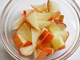 パンとりんご(皮付きのまま)を小さめにカットする。りんごを耐熱容器に入れ、電子レンジで2分ほど加熱する。
