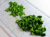 茹で上がったブロッコリーをみじん切りにする。