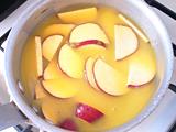 鍋にさつまいもとオレンジジュースを入れ、火にかける。沸騰したら弱火にし、さつまいもが柔らかくなるまで煮る。