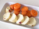にんじん、さつまいもを耐熱容器に並べ、柔らかくなるまでレンジで加熱する。
