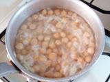 鍋にオリーブオイルと玉ねぎを入れ、しんなりするまで炒める。ひよこ豆を加えて軽く炒め、水を入れて、豆が柔らかくなるまで煮る。