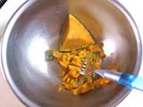 かぼちゃが冷めないうちにフォークの背などでつぶし、粗熱をとる。