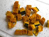 蒸しパンに飾るクリーム用に1/3を残し、かぼちゃを1cm角にカットする。