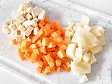 にんじん、ジャガイモ、さつまいもは1cm角にカットする。