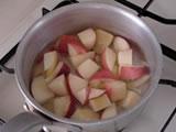 鍋に、桃、レモン汁、きび糖を入れ、強火にかける。沸騰したら弱火にし、あくを取りながら1分ほど煮る。