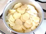 ジャガイモ加えてさらに炒め、水を加え、柔らかくなるまで煮る。