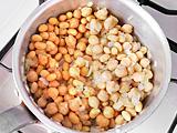 ひよこ豆、大豆を加えて軽く炒め、水を加える。沸騰したら弱火にし、水分がなくなるまで煮る。