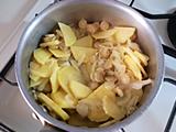ごぼう、ジャガイモを加えて炒める。