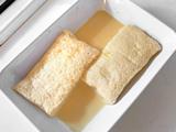 バットなど、平たい皿にパンを置き、2.を流し入れる。1時間~1晩ほど漬ける。