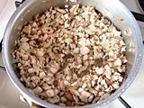 鍋にオリーブオイルと玉ねぎを入れ、火にかける。玉ねぎがしんなりしてきたら、きのこ類を入れて炒める。