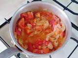 トマトを加え、軽く炒めて水を加える。沸騰したら弱火にし、3分程度弱火で煮る。