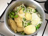 ジャガイモとしらすを加えて炒め、水を加える。沸騰したあと弱火にし、ジャガイモがくずれる程度まで煮る。
