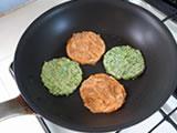フライパンにサラダ油を少量加え、3.を丸くなるように置き、弱火で両面を焼く。