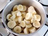 バナナジャムを作る。 バナナの皮を剥き適当な大きさにカットし、レモン汁、水と共に鍋に入れ、火にかける。