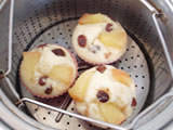 生地をカップに流し入れ、残しておいたりんご、レーズンをのせて15分程度蒸す。