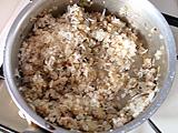 きのこの量が半分くらいになったら、シラスと米を入れて炒める。