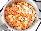 ジャガイモ、にんじん、さつまいもを加えて軽く炒め、水を加える。