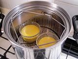 耐熱容器に入れ、弱火で7~10分程度蒸す。中央に串をさして、何もつかなければ蒸し上がり。