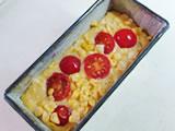 型に生地を流し、半分に切ったミニトマトをのせる。オーブンで20分程度、中央に火が通るまで焼けば出来上がり!
