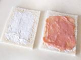 サンドイッチ用のパンに、お好みで水切りヨーグルトと4.を塗り、端から巻いていく。ラップで包み、冷蔵庫でしばらく置く。