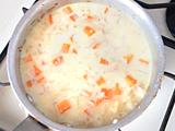 沸騰したら弱火にし、野菜が柔らかくなるまで煮る。牛乳を加え、塩で味を整えれば出来上がり!