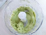 3.のクリームを半分取り出す。フードプロセッサーに残った半量のクリームに、茹でた空豆を加え、さらに回す。