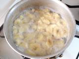 沸騰したら弱火にし、鍋にふたをして1、2分蒸し煮にする。バナナがしんなりしたら、ふたを取り、弱火で水分がなくなるまで煮て、粗熱をとる。