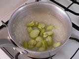 水を加え、軽く塩をする。沸騰したら、弱火で約10分程煮る。