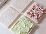 取り出したクリームに、細かく切ったアメリカンチェリーを加えて混ぜる。甘みが足りないようであれば砂糖を少量加える。サンドイッチ用のパンに2色のクリームをはさみ、食べやすい大きさにカットすれば出来上がり!