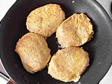 フライパンにオリーブオイル小さじ1を敷き、5.を焼く。弱火でふたをし、ハンバーグの中央まで火が通るよう、じっくり焼く。
