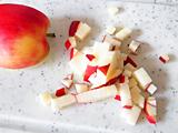 食べやすい大きさにカットしたリンゴとレーズンを耐熱容器に入れ、ラップをして2分ほど加熱する。お好みできび糖を加えても構いません。