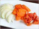 にんじん、たまねぎは薄切りにする。トマトは皮を湯むきして粗く刻む。