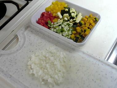 玉ねぎはみじん切り、トマトは湯むきし、1cm程度の角切りにする。その他の野菜は5mm角にカットしておく。