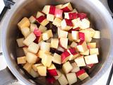 鍋にさつまいも、りんご、レーズン、水を入れ、火にかける。沸騰したら弱火にし、フタをして1~2分煮る。その後フタを外し、さつまいもが柔らかくなるまで煮る。