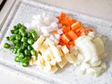 野菜類を食べやすい大きさにカットする(写真は1cm角程度)。