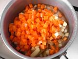 鍋に1.と水を入れ、火にかける。沸騰したらフタをして弱火で1分ほど煮る。