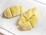 リンゴの皮を剥き、こちらもザク切りに。