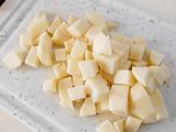 ジャガイモの皮をむき、1cm角にカットする。