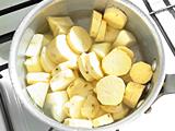 鍋にさつまいも、りんご、水、塩ほんの一つまみを入れ、火にかける。沸騰したら弱火にし、さつまいもが柔らかくなるまで煮る。