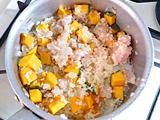 鶏ささみ、かぼちゃを加えて軽く炒める。