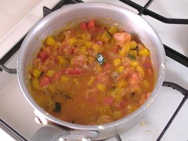 カボチャ、パプリカを加えて軽く炒め、トマトを加える。弱火にし、トマトの水分で炒め煮にする。